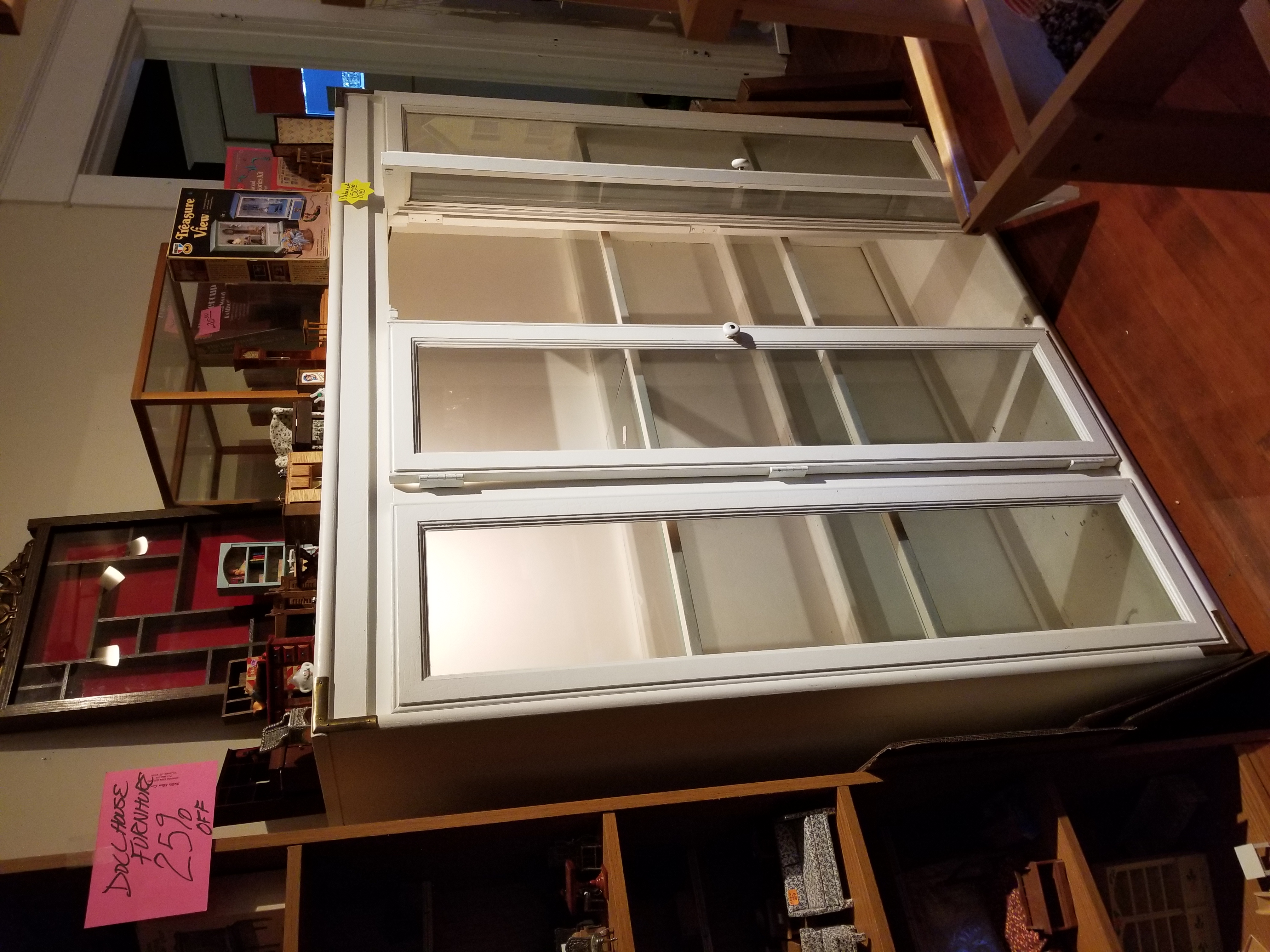 Beautiful display cabinet with lights and plate rails